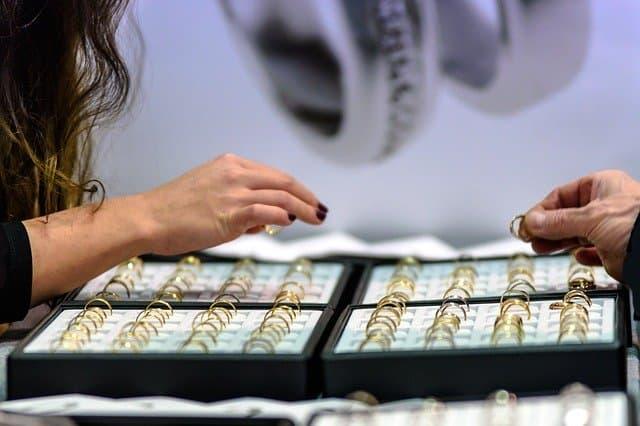 Quels bijoux offrir aux différentes étapes de la vie ?
